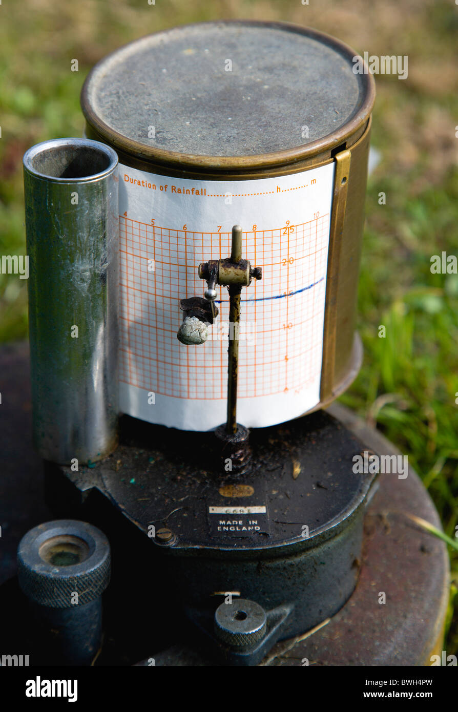 Climate Weather Station Measurement Tipping Bucket Rain Gauge Recorder with ink pen marking duration of rainfall - Stock Image