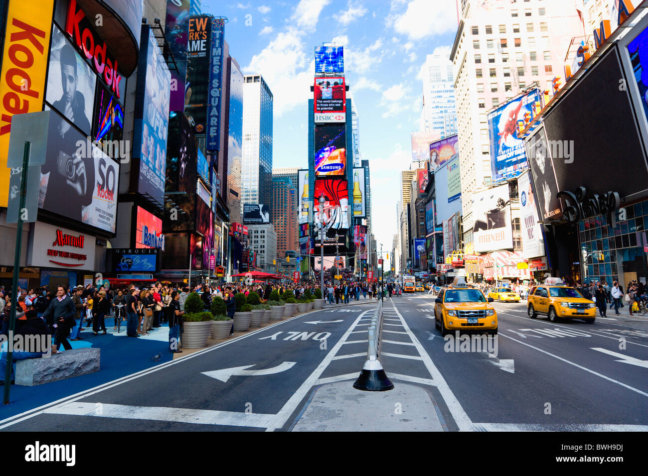 USA, New York, Manhattan, People walking in Times Square at the junction of 7th Avenue and Broadway busy with yellow - Stock Image