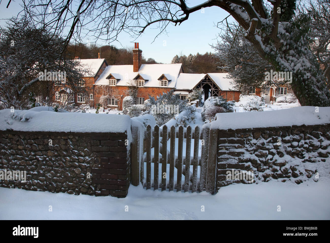 Old cottages in snow at Ringshall Hertfordshire - Stock Image