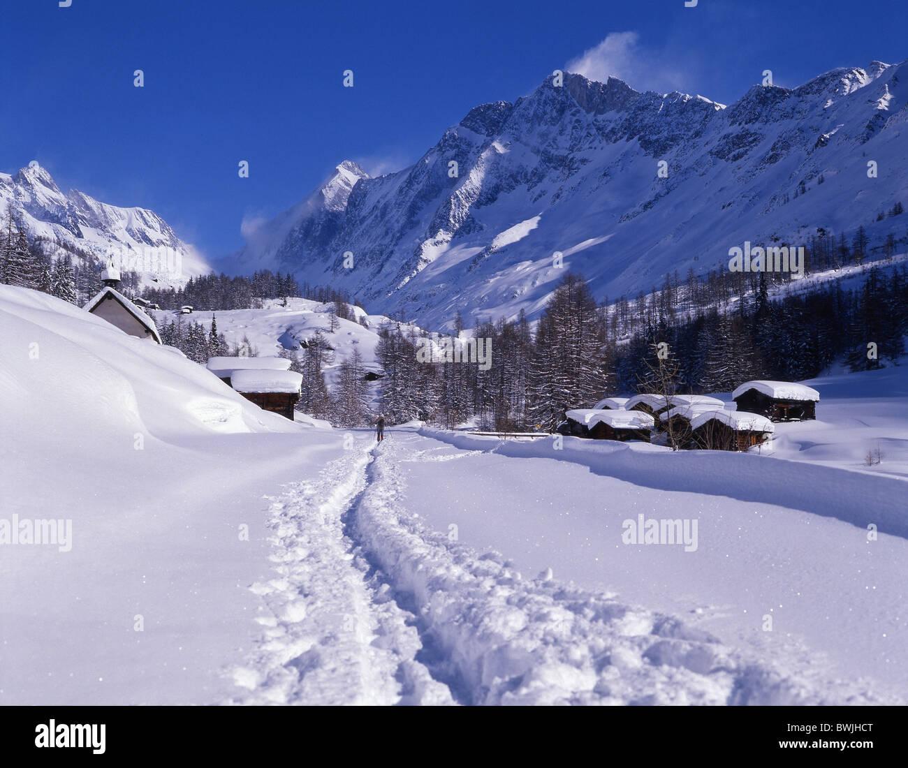 Lotschental hamlet Kuhmad settlement snowbound snow-covered snowy fresh snowfall snow footprints tracks trace - Stock Image