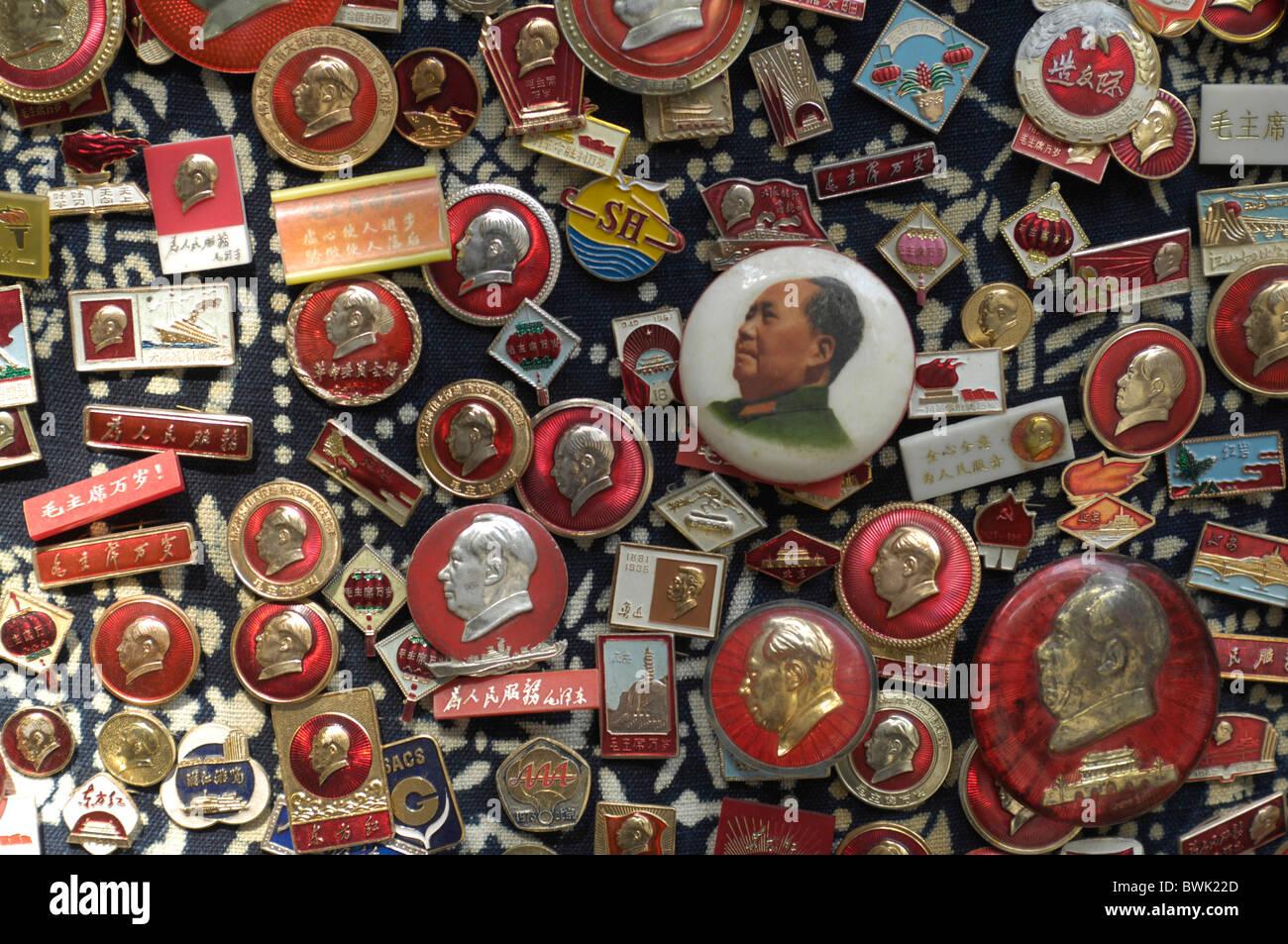 China Asia Shanghai Dongtai Lubei antique market market Mao souvenirs Pins Anstecker - Stock Image