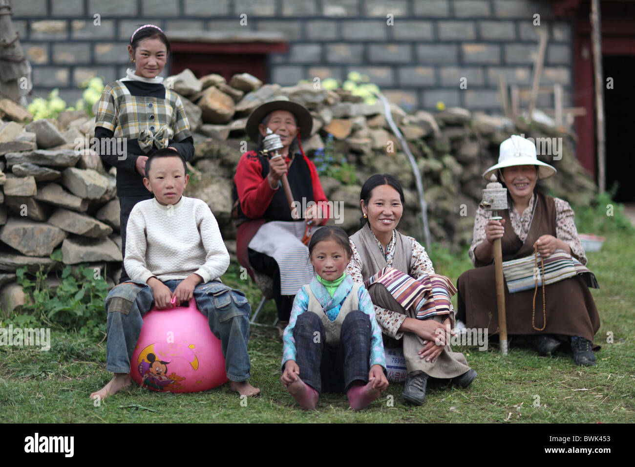 A traditional tibetan family pose for a photo in Litang, Sichuan province, southwest China - Stock Image