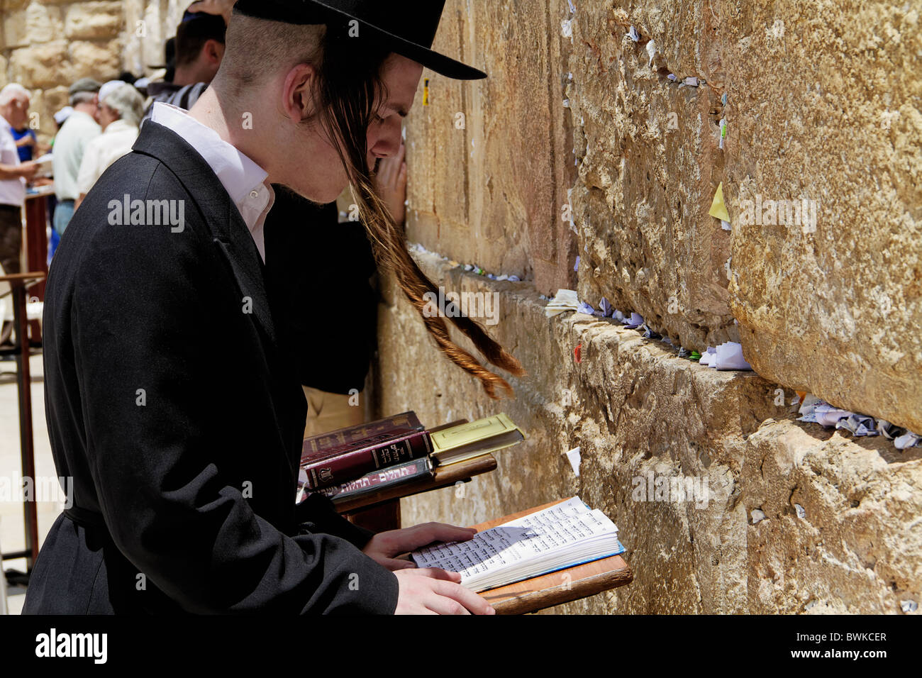 JEWS PRAYING WESTERN WAILING WALL JERUSALEM ISRAEL - Stock Image