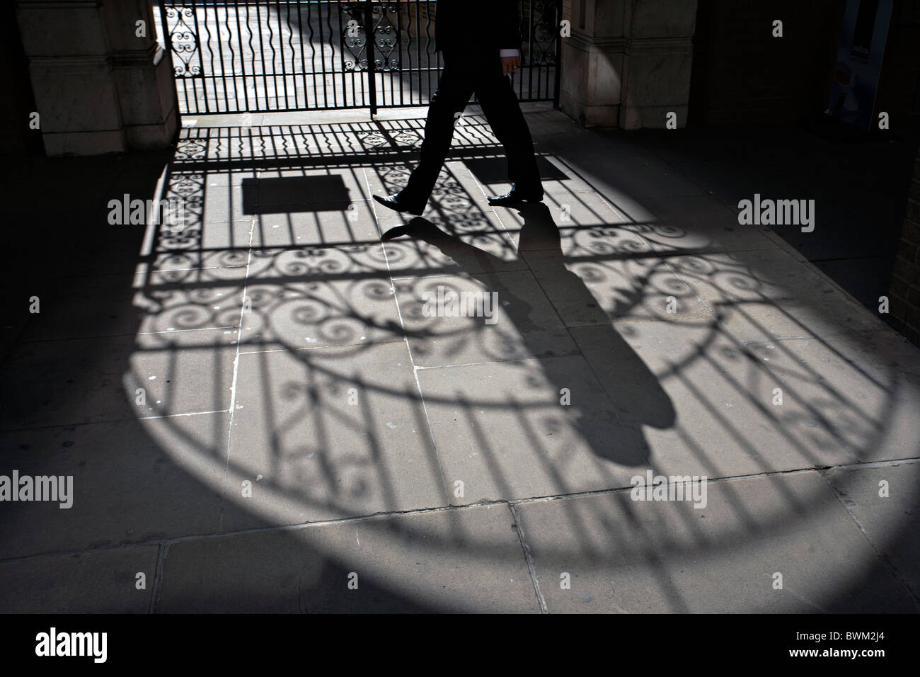 man walking outside nevis marks synagogue in london - Stock Image