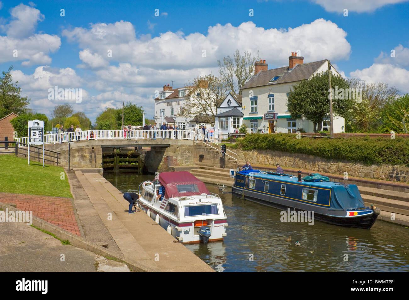 Narrow boat and motor boat at Trent Lock, Sawley near Long Eaton, Derbyshire, England, GB, UK, EU, Europe - Stock Image