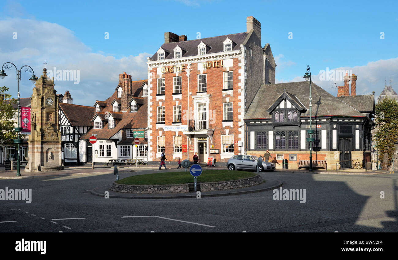 Ruthin town centre, Denbyshire, Wales, UK. Clock Tower, Seven Stars Inn (Myddleton Arms) and Castle Hotel in St. - Stock Image