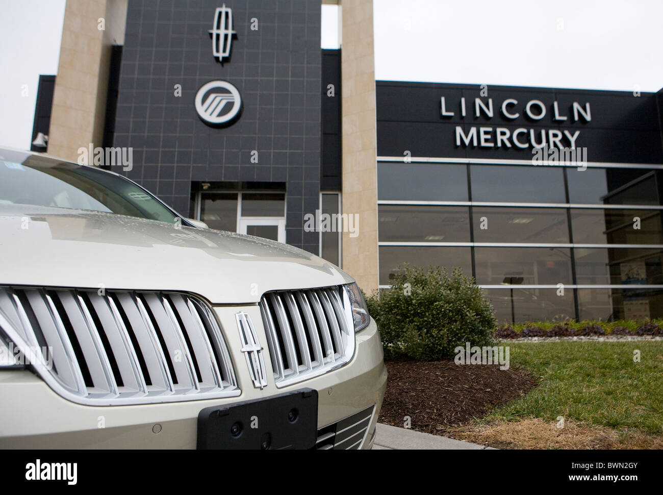 A Ford Lincoln And Mercury Car Dealership Stock Photo 33039803 Alamy
