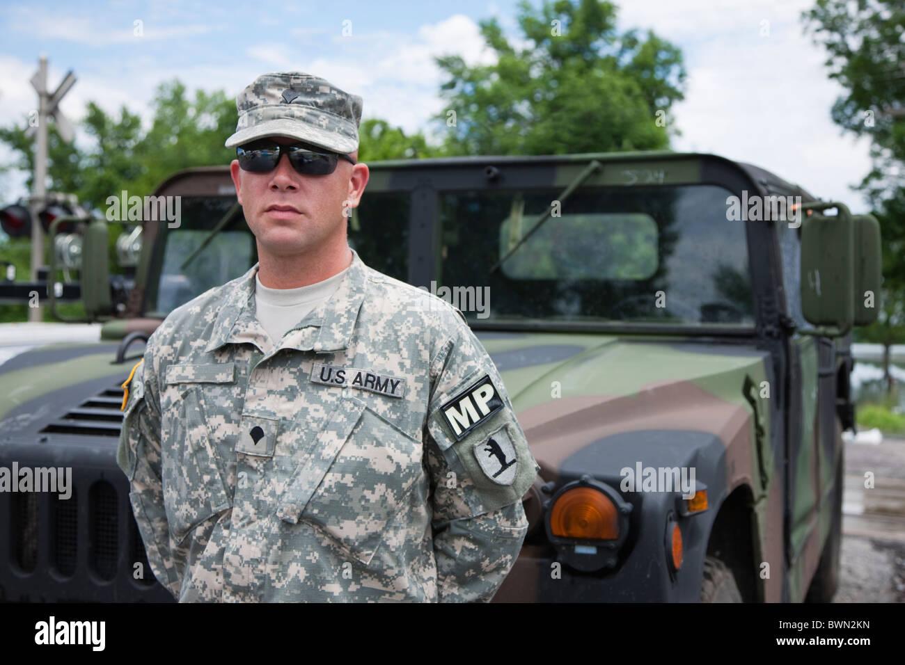 USA, Missouri, Portrait of US soldier standing in front of hummer - Stock Image