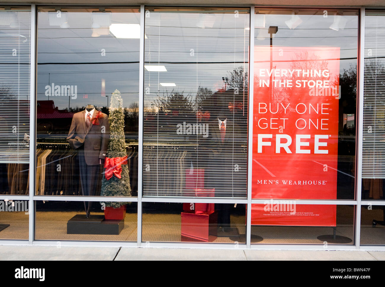 A Men's Wearhouse clothing retail store.  - Stock Image