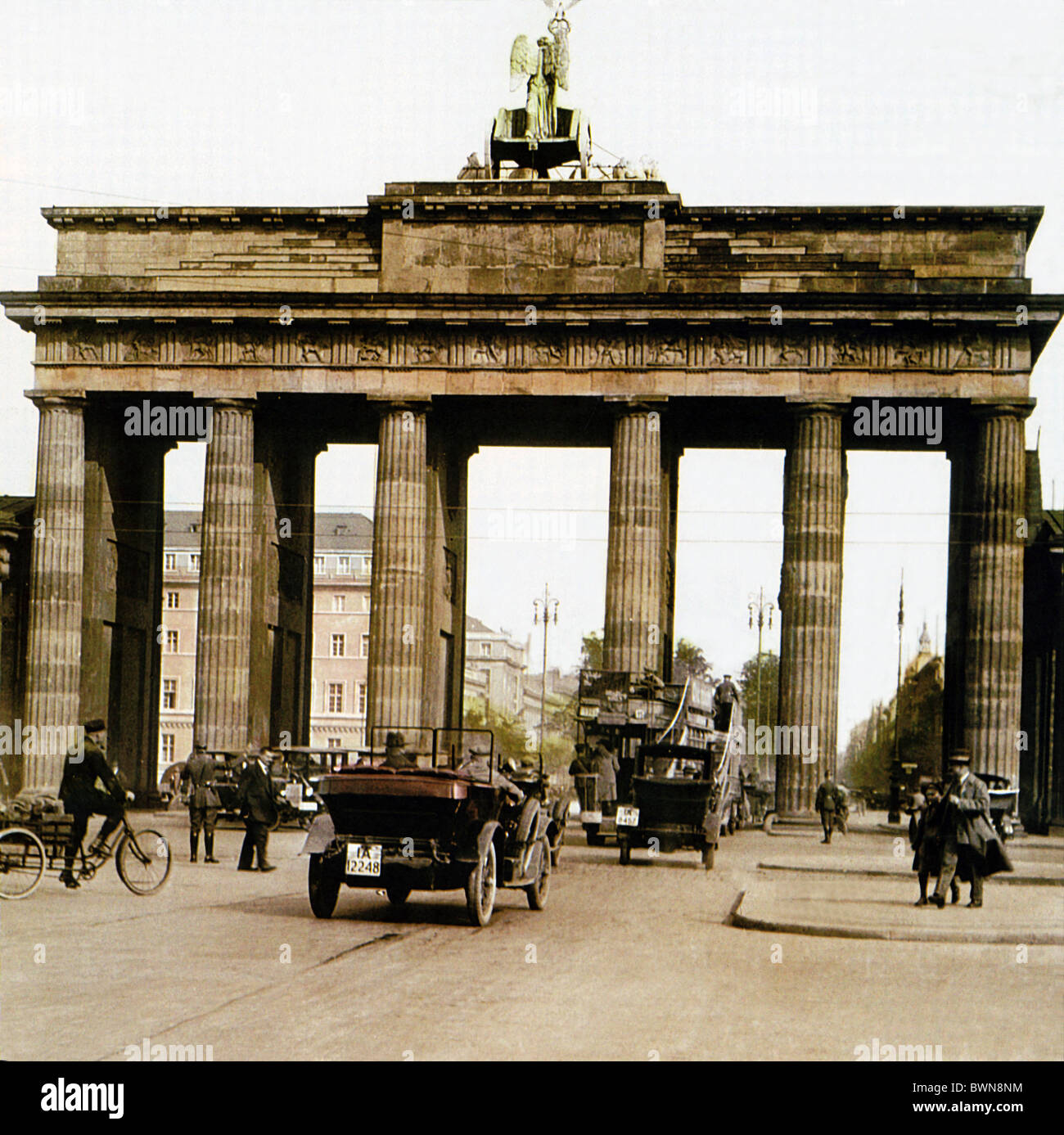 Brandenburger Tor Berlin near 1910 history historical historic town traffic people landmark Brandenburg Gate - Stock Image