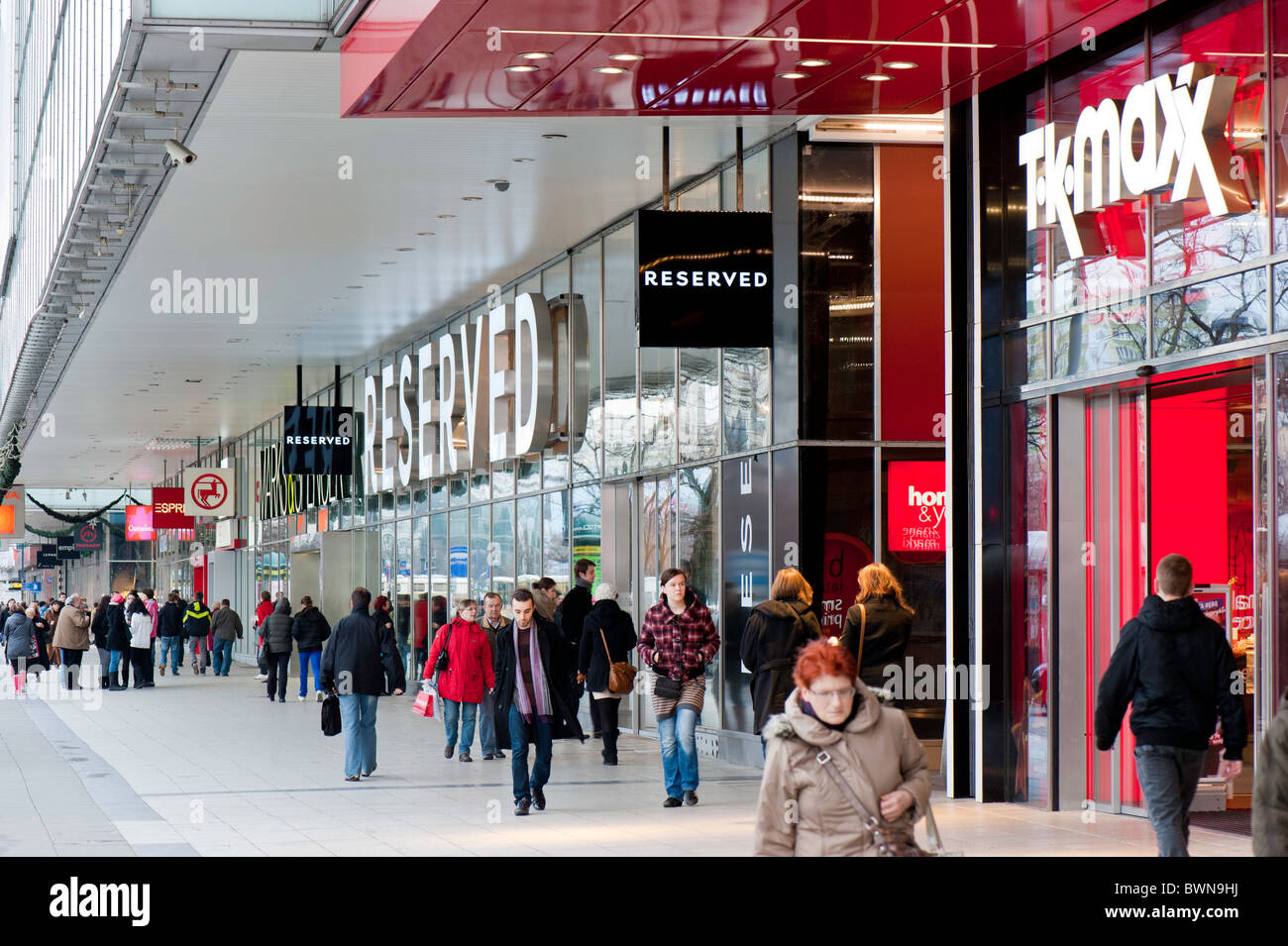 Street busy with shoppers, Warsaw, Poland - Stock Image