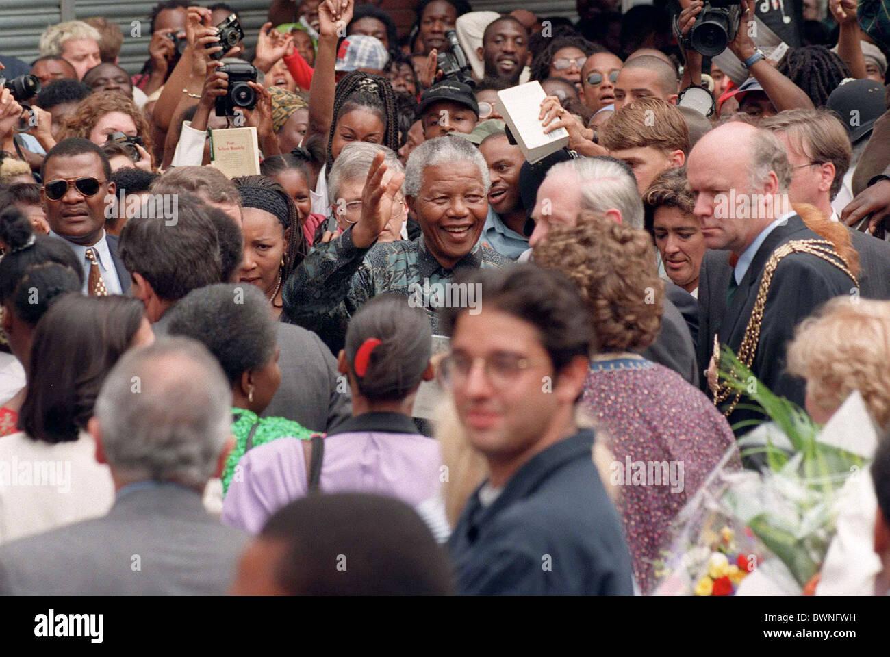 PRESIDENT NELSON MANDELA IN BRIXTON MARKET LONDON - Stock Image