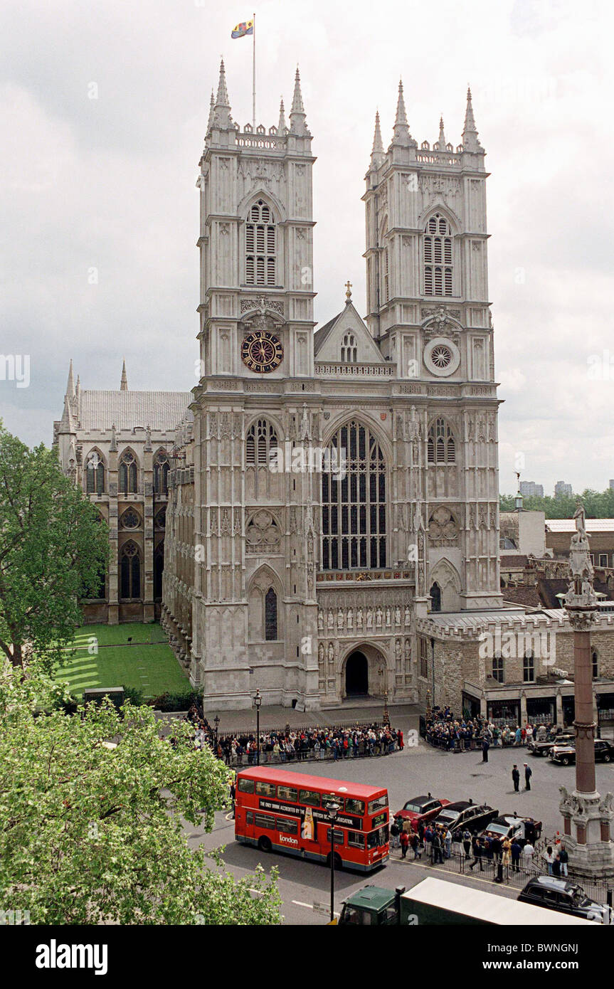 WESTMINSTER ABBEY, LONDON, DURING THE SERVICE OF THANKSGIVING FOR THE LIFE AND WORK OF TED HUGHES, POET LAUREATE. - Stock Image