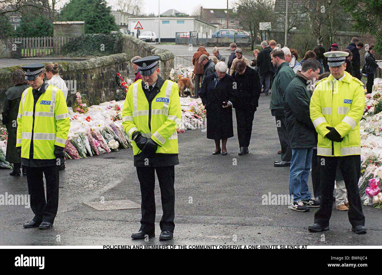 POLICEMEN AND MEMBERS OF THE COMMUNITY OBSERVE A ONE-MINUTE SILENCE AT DUNBLANE SCHOOL IN SCOTLAND AFTER SHOOTING - Stock Image