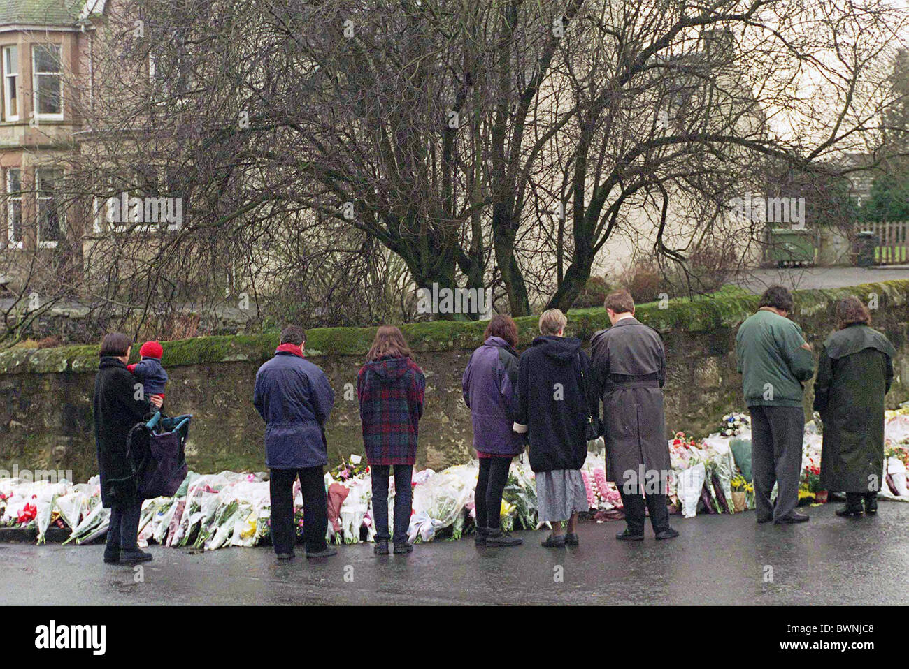MEMBERS OF THE COMMUNITY MOURN THE DEATHS OF 16 CHILDREN AND THEIR TEACHER AT DUNBLANE PRIMARY SCHOOL IN SCOTLAND. - Stock Image