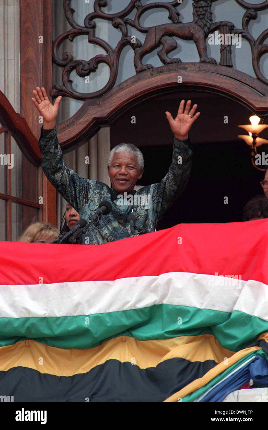 NELSON MANDELA IN BRITAIN WAVING TO THE CROWD FROM  SOUTH AFRICA HOUSE IN TRAFALGAR SQUARE, LONDON - Stock Image