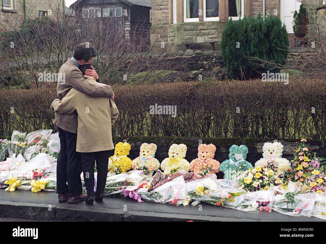 GRIEVING AT DUNBLANE SCHOOL IN SCOTLAND WHERE 16 CHILDREN AND THEIR TEACHER WERE MASSACRED BY A GUNMAN - Stock Image