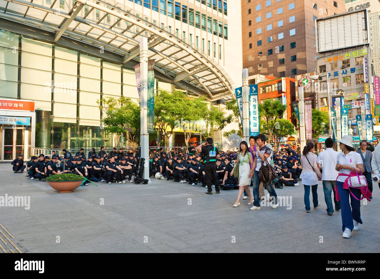 Riot police waiting at the ready in Myeong-dong, Seoul, South Korea. JMH3847 - Stock Image