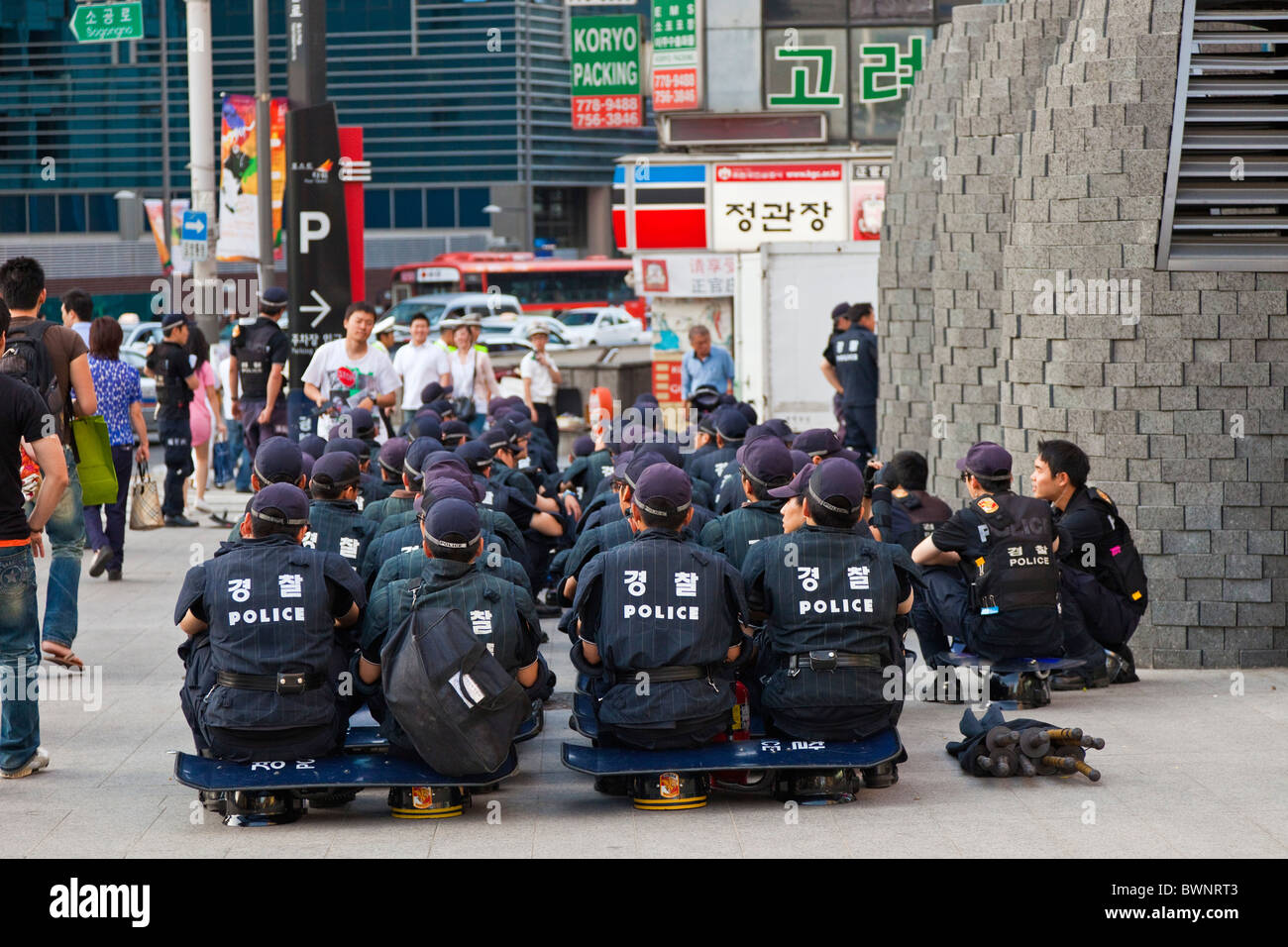 Riot police waiting at the ready in Myeong-dong, Seoul, South Korea. JMH3848 - Stock Image