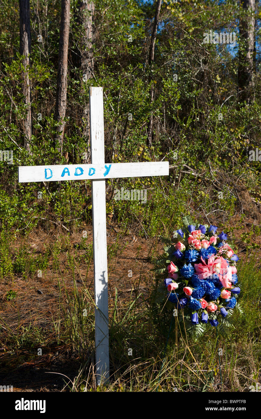 Poignant roadside cross with 'Daddy' on it, US98, near Apalachicola, Florida, USA - Stock Image