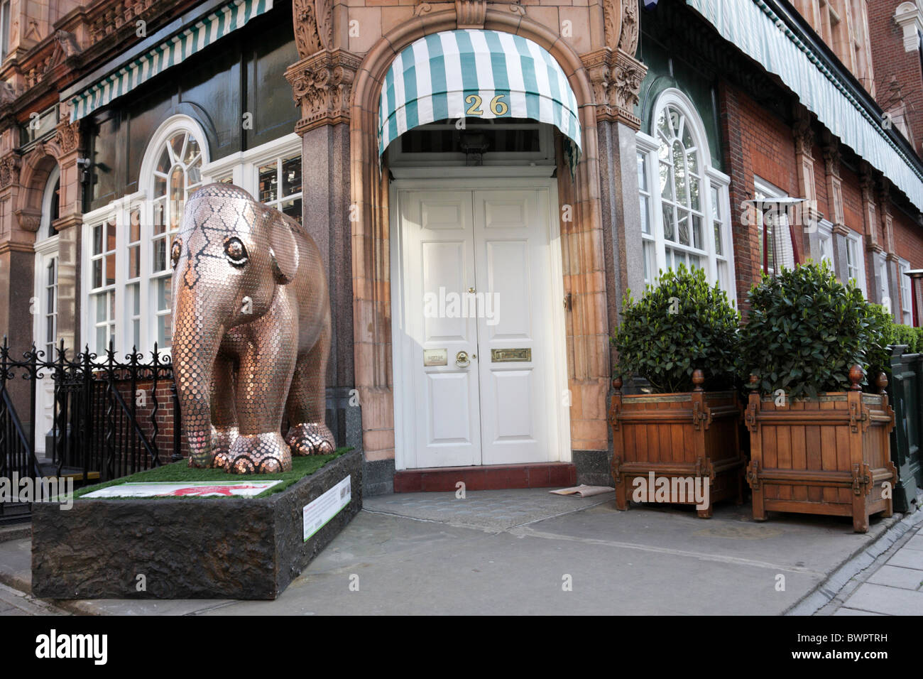 Main entrance to the famous Harry`s Bar in South Audley Street, a private members club serving Northern Indian cuisine. - Stock Image