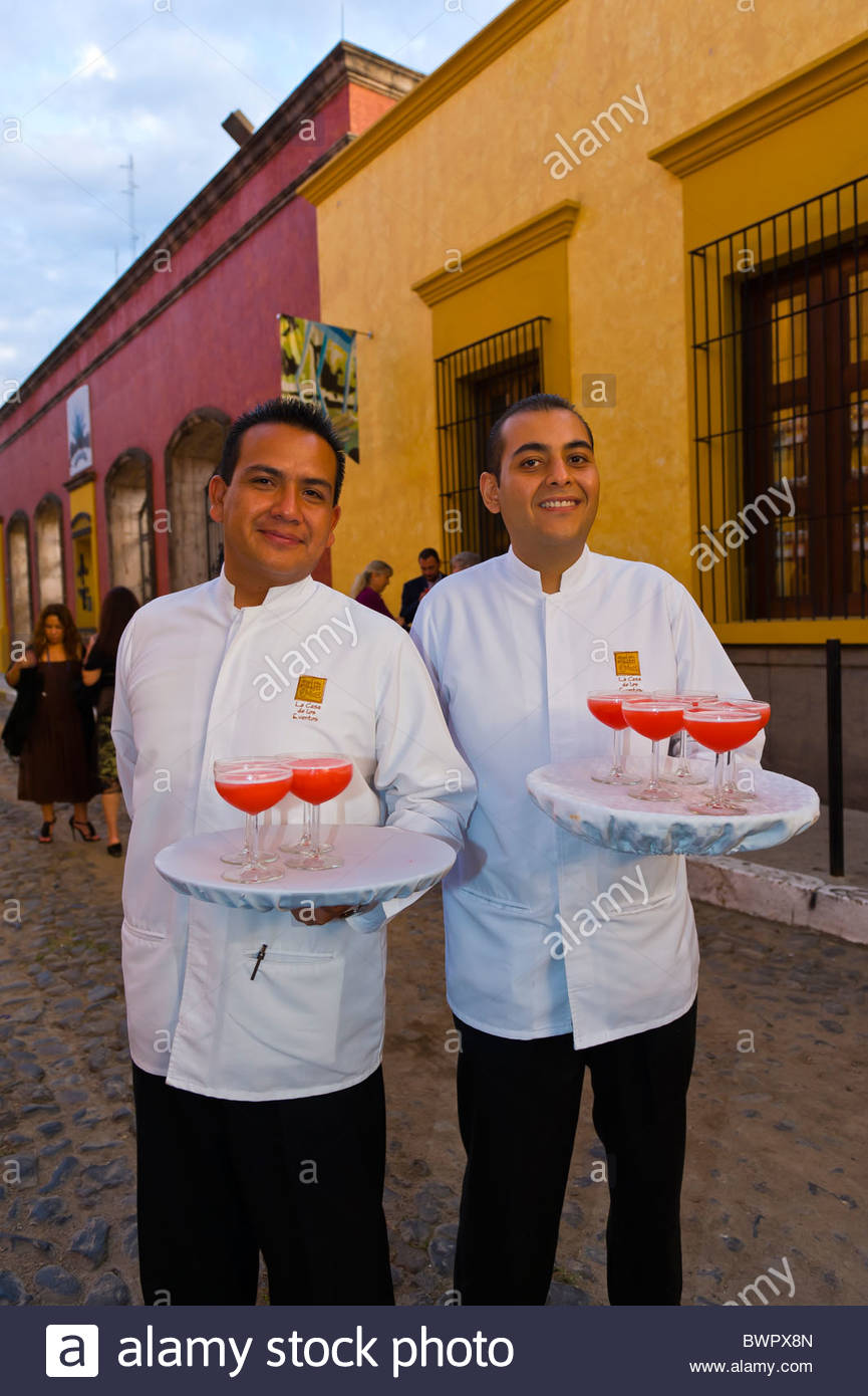 Waiters serving margaritas at Mundo Cuervo in the town of Tequila, Jalisco, Mexico - Stock Image