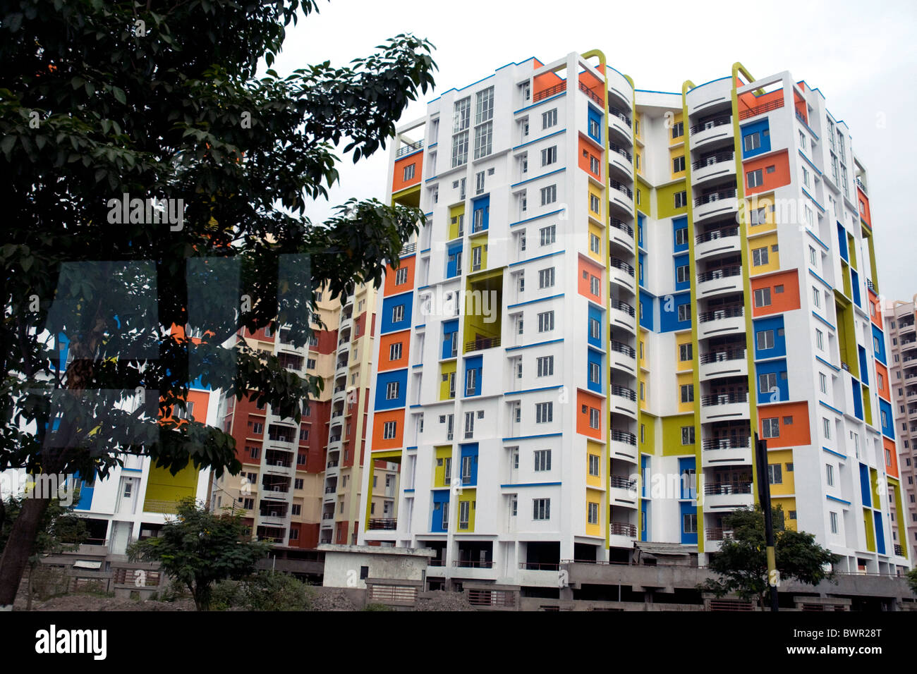Bright new apartments among continuing construction in Kolkata's spreading suburbs - Stock Image