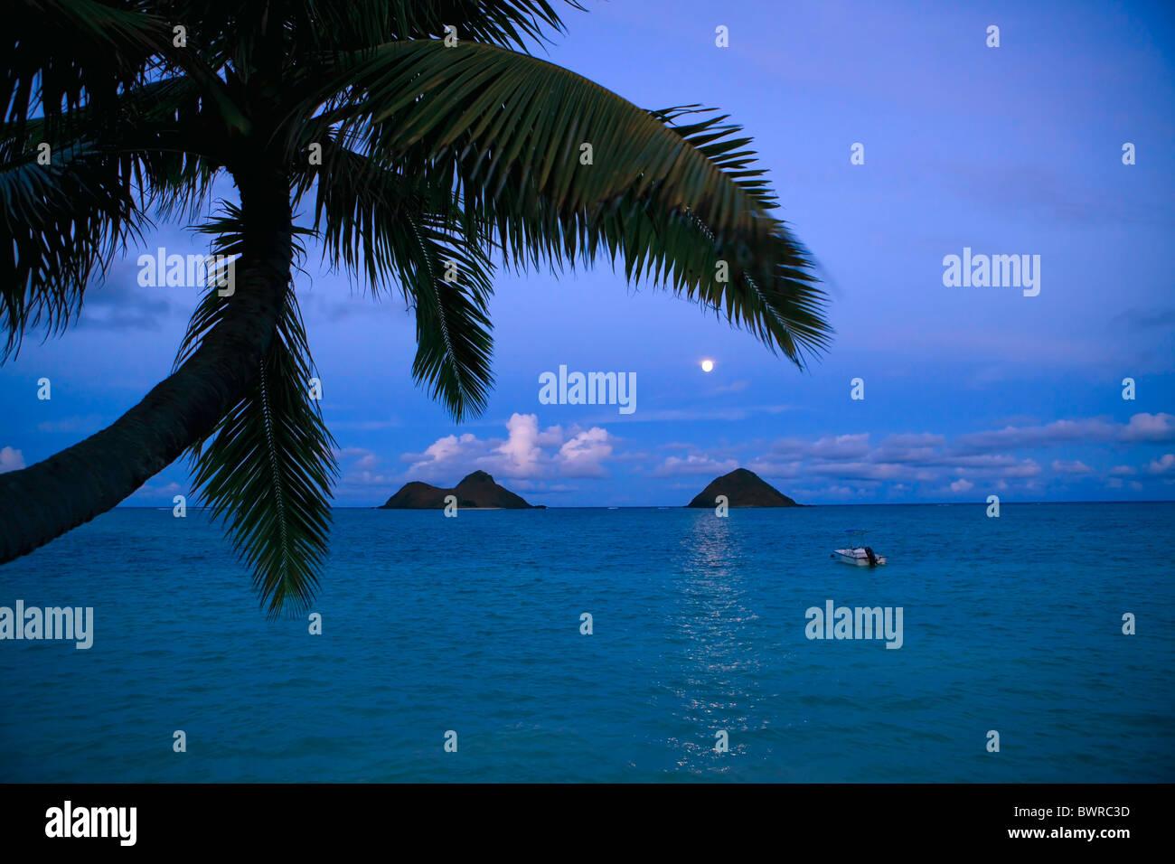 moonrise over the mokulua islands at lanikai, hawaii - Stock Image