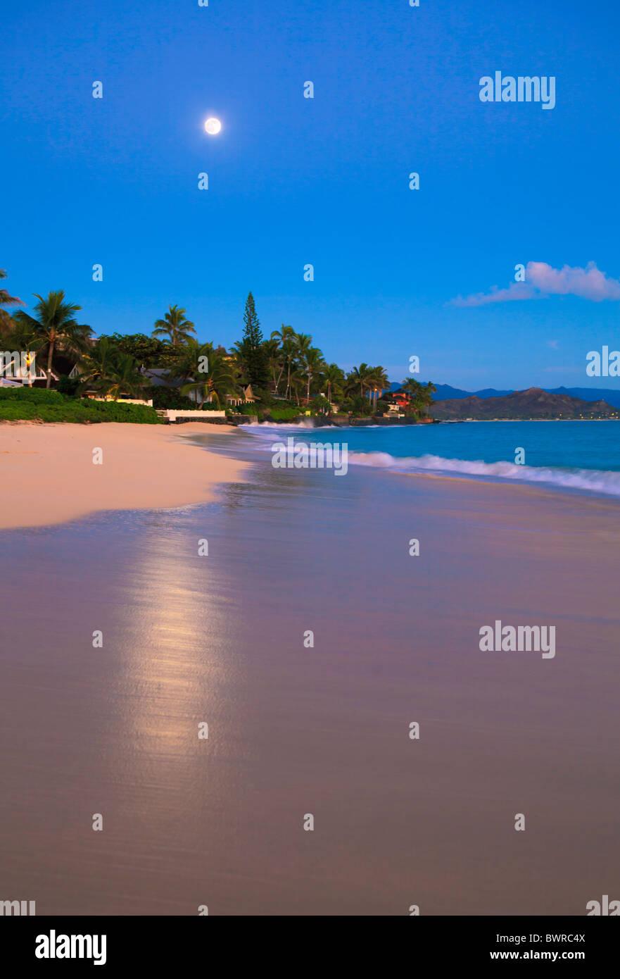 full moon at daybreak on Lanikai Beach, Hawaii - Stock Image