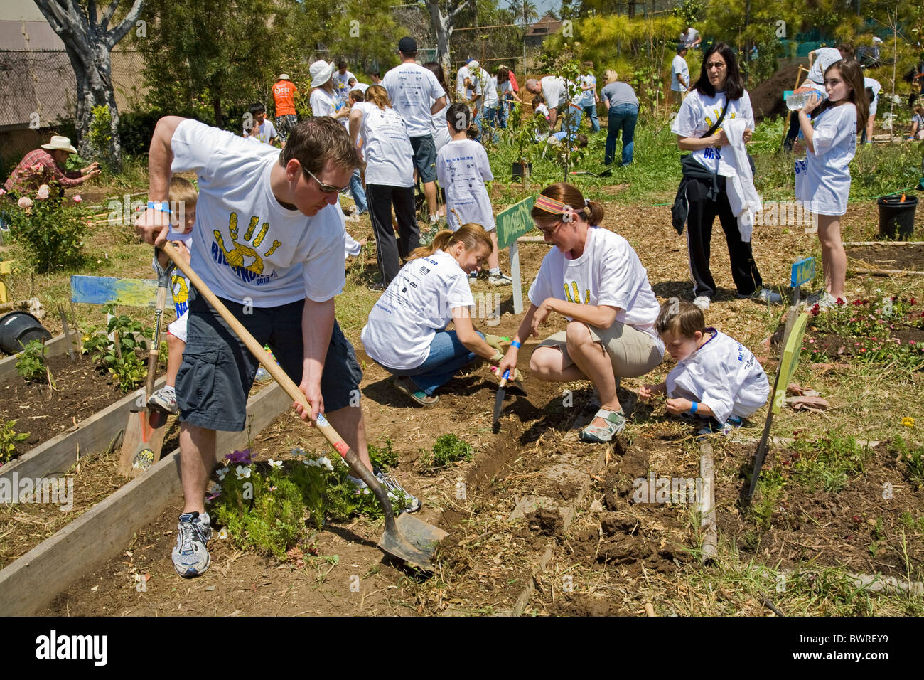 Students, parents and teachers work on the garden at the 24th Street ...