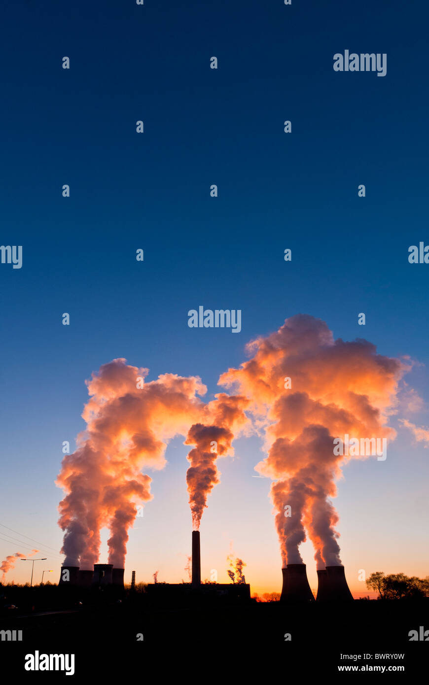 Smoke and steam pouring out of Fiddlers Ferry power station, Widnes, Cheshire, England, UK - Stock Image