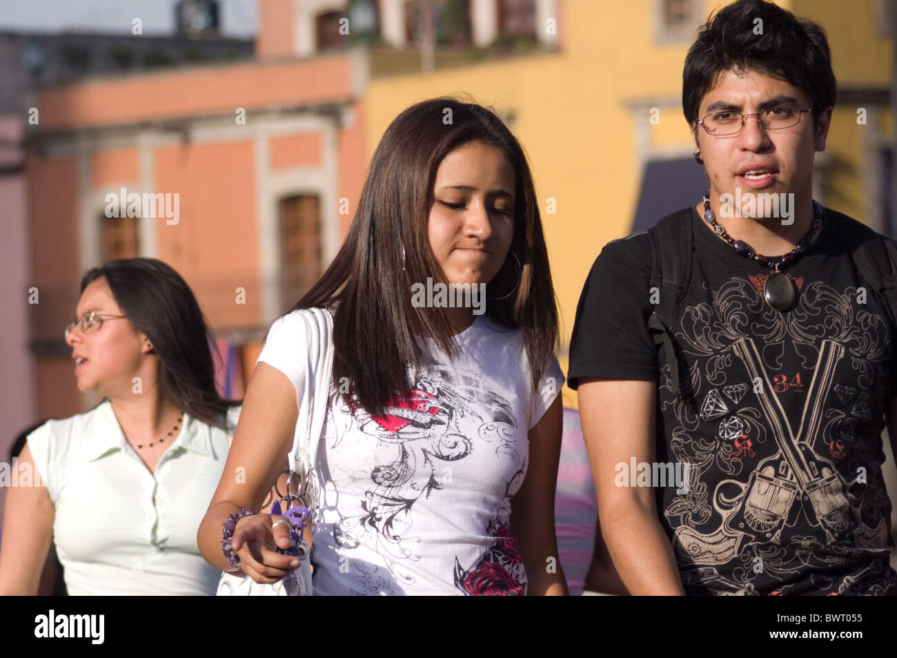 Couple of Mexican adolescents walking in the streets of Mexico city - Stock Image