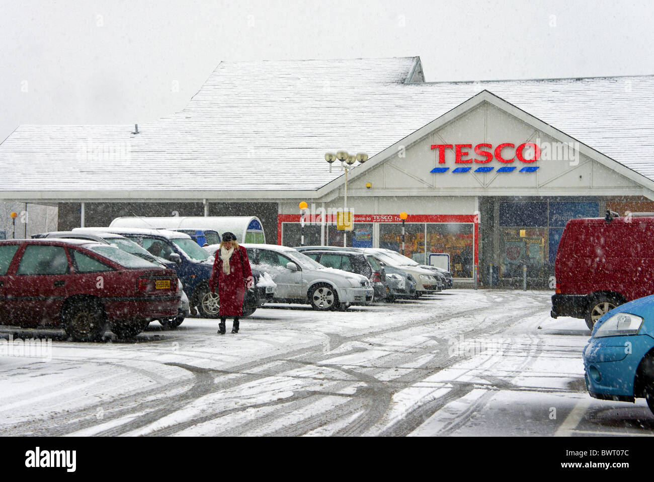 heavy snow falling in the car park at the Tesco store in Truro, Cornwall, UK - Stock Image