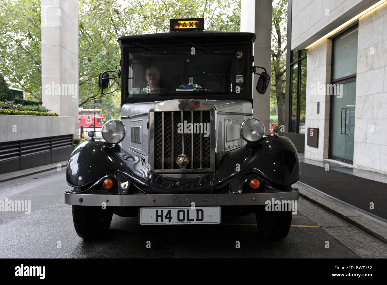 An Asquith licensed London taxi,waiting patiently for a fare on the rank of the Intercontinental Hotel near Hyde - Stock Image