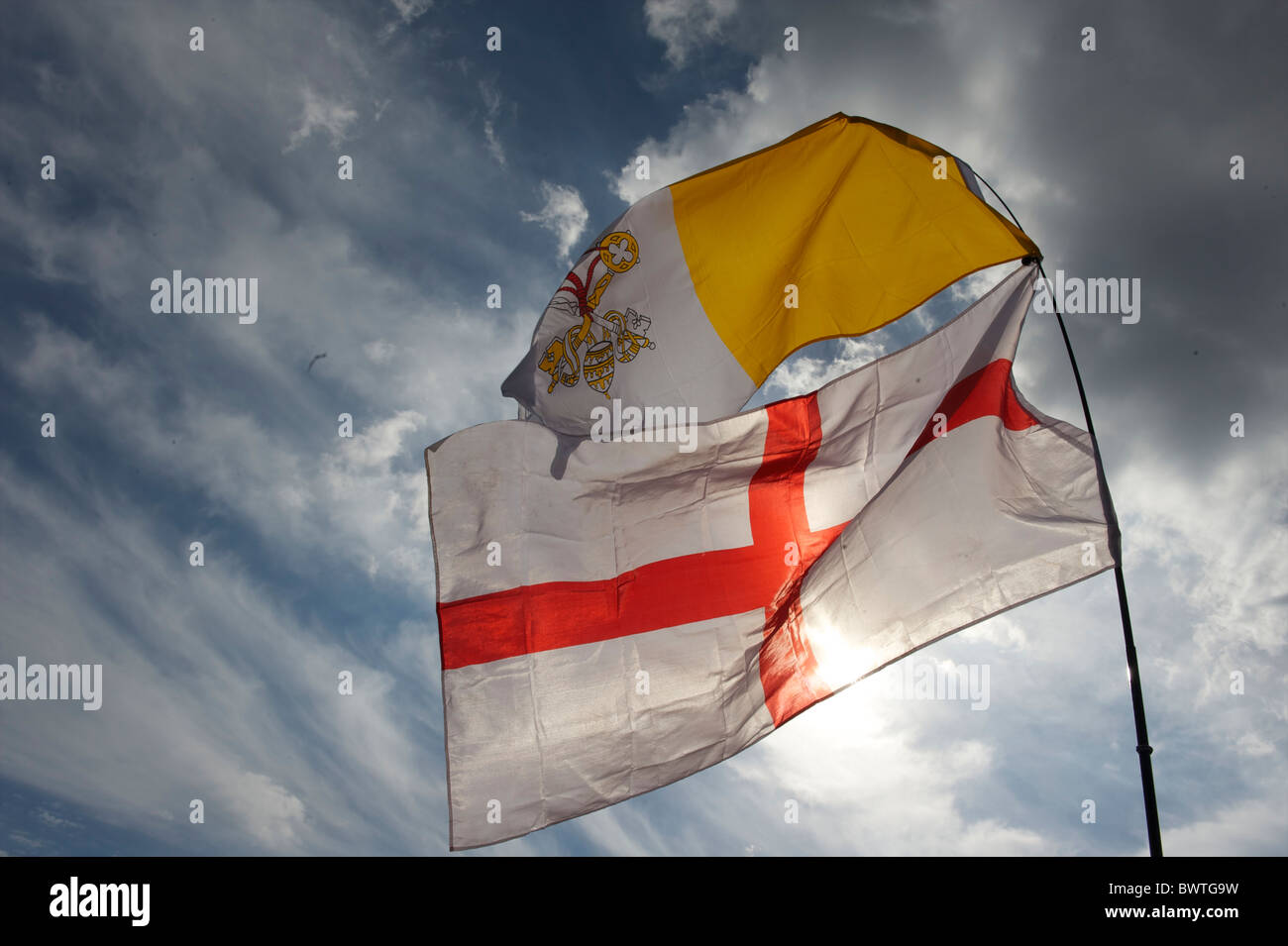 The flag of the papacy and England fly above the estimated 80,000 pilgrims who congregated in Hyde Park, London - Stock Image
