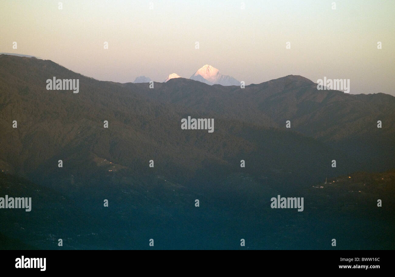 Mount Everest glimpsed above high Himalayan slopes from India's Tiger Hill - Stock Image