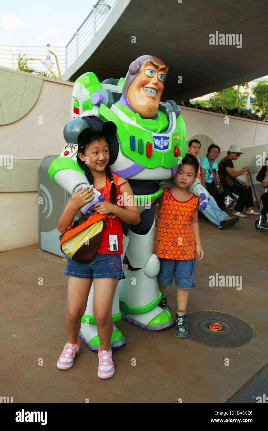 Chinese kids taking photos with Buzz Lightyear, Tomorrowland, Hong Kong Disneyland, Lantau Island, Hong Kong, China - Stock Image
