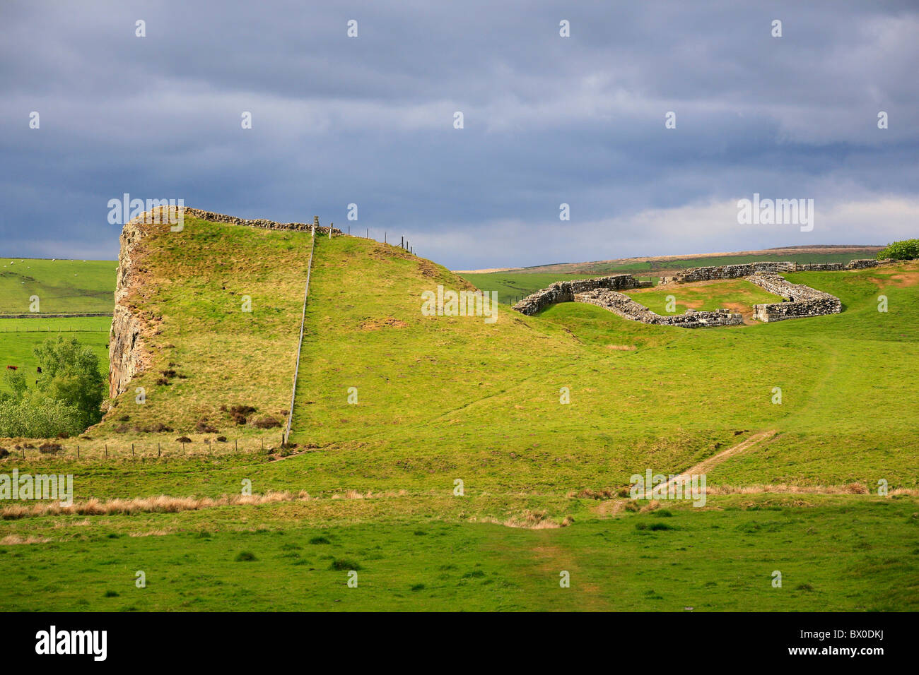 Hadrian's Wall and Milecastle 45 at Walltown crags, Greenhead, Northumberland, England - Stock Image