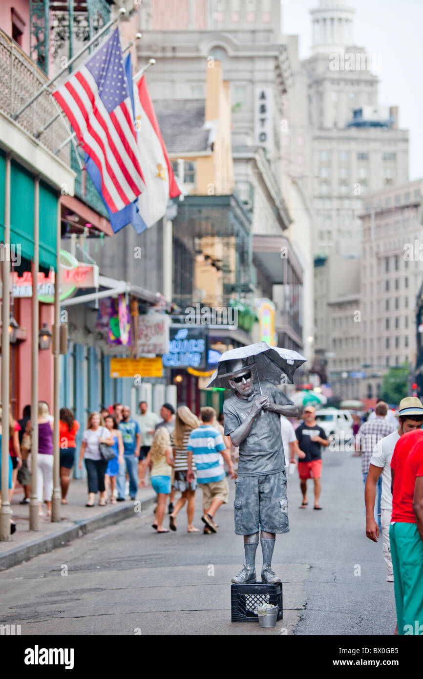 Men painted in gold/silver perform for tips on Bourbon Street in New Orleans, Louisiana's French Quarter. - Stock Image