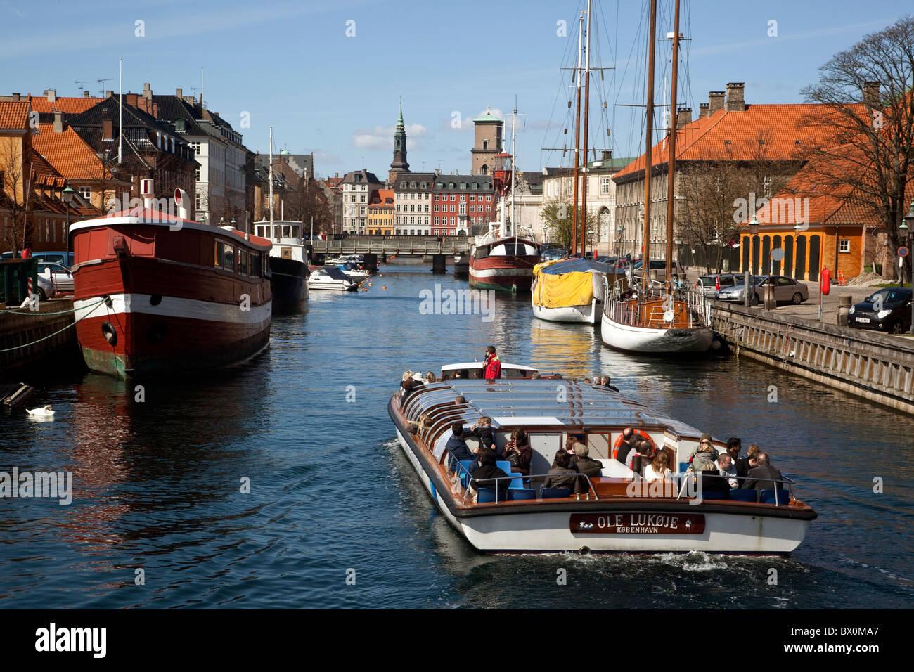 Tourist sightseeing boat at Frederiksholms Kanal. Copenhagen, Denmark. - Stock Image