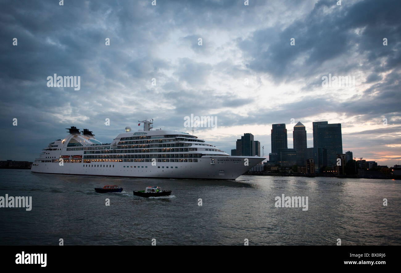 The 32,000-ton Cruise Liner Seabourn Sojorn passes London's Docklands on its way down the Thames shortly after - Stock Image