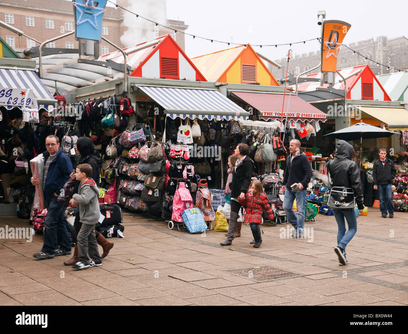 Norwich, Norfolk, England, UK, Europe. Shoppers shopping at the busy outdoor market - Stock Image