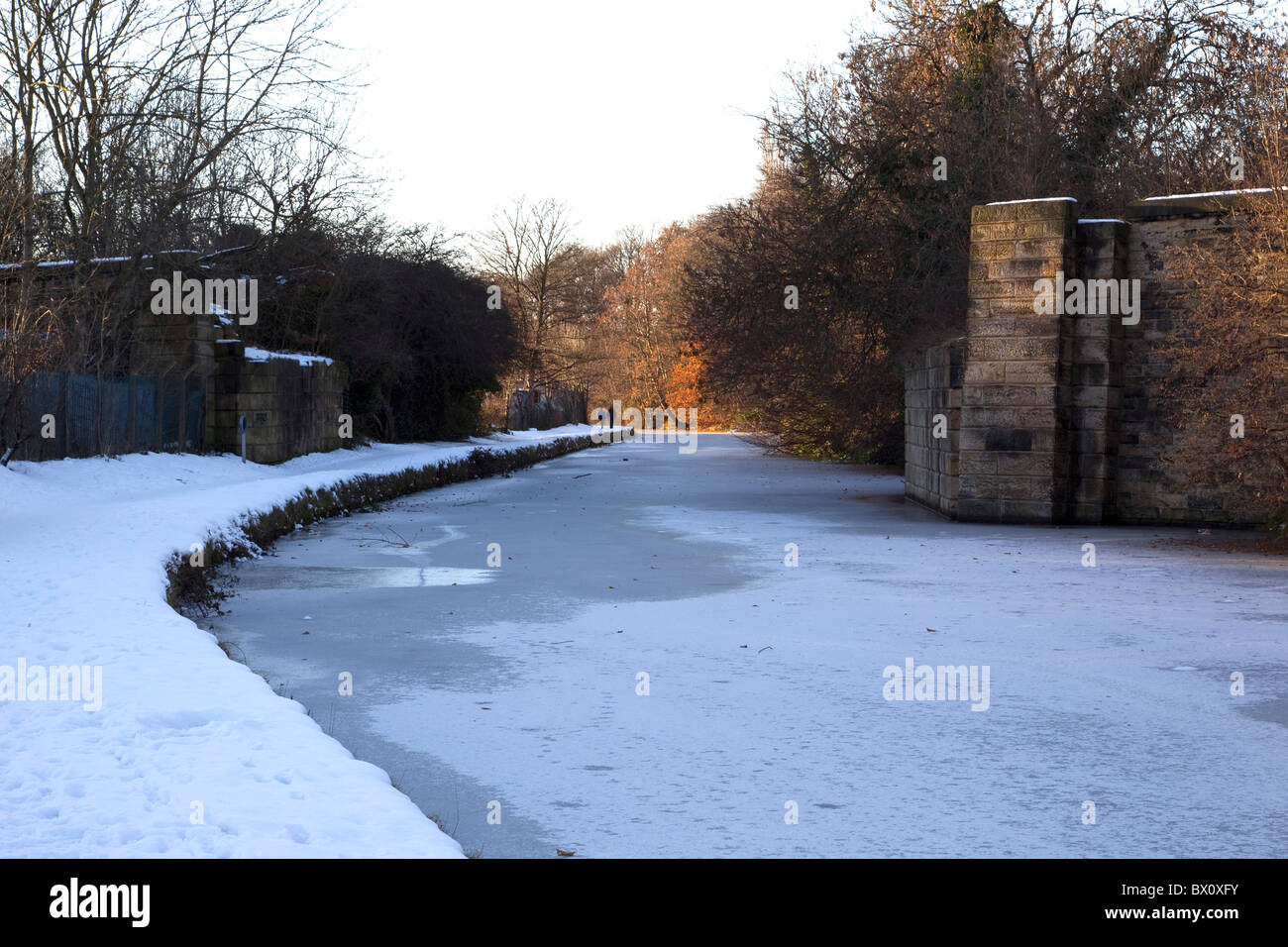 Winter view in heavy snow of the frozen Calder and Hebble navigation canal near Mirfield West Yorkshire - Stock Image
