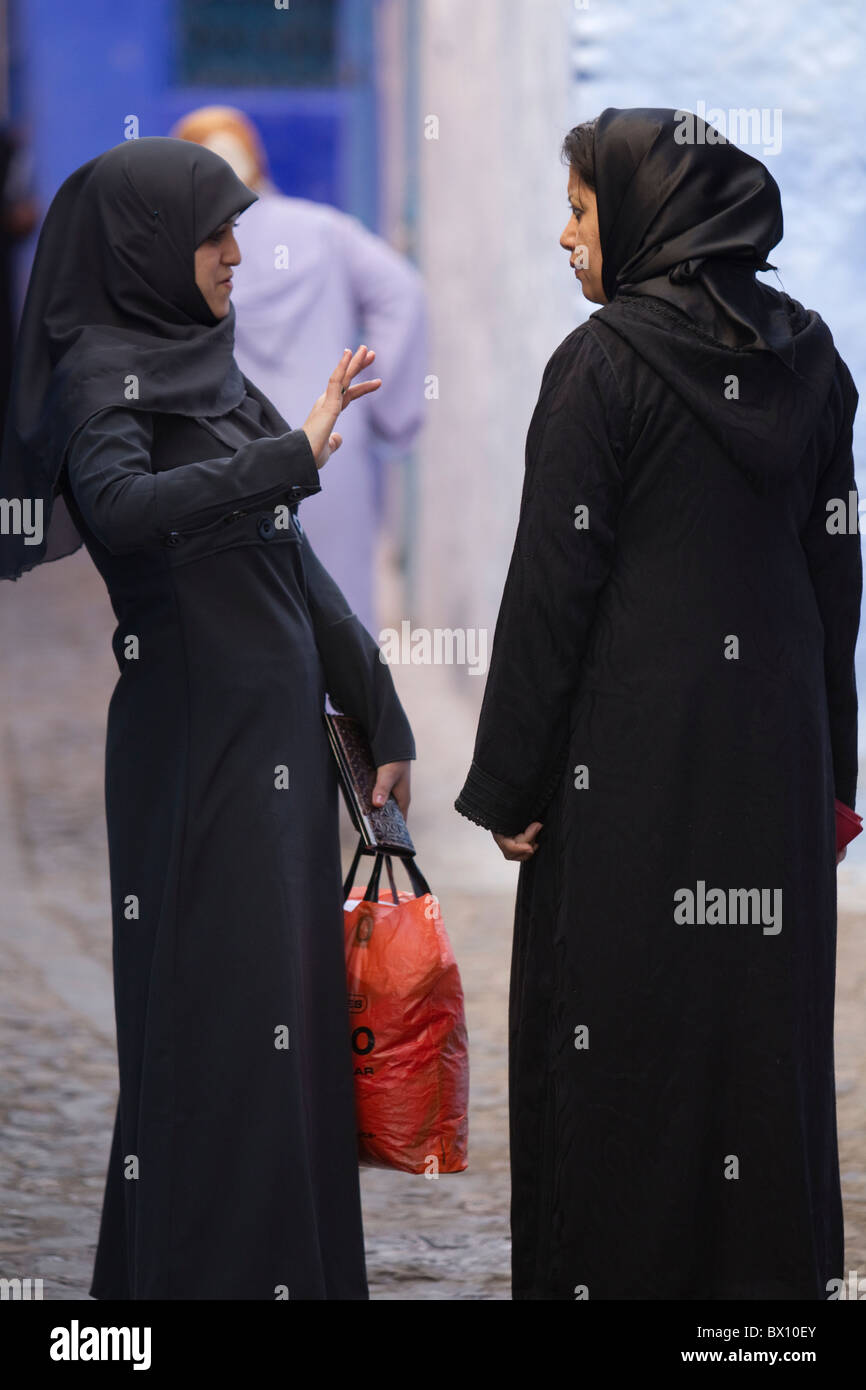 early morning discussion between muslim women, Chefchaoun Morocco - Stock Image