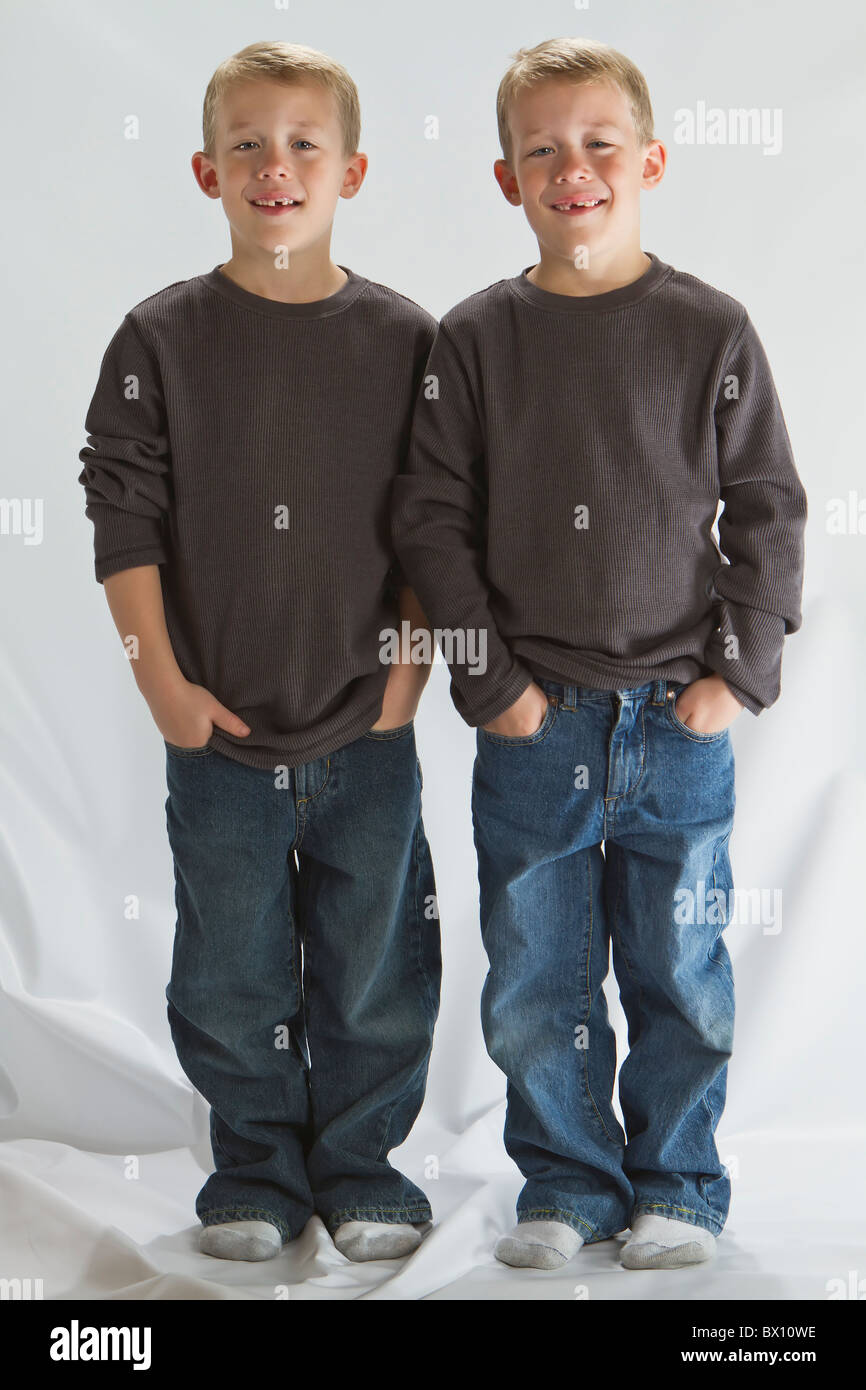6 years old identical twins - Stock Image