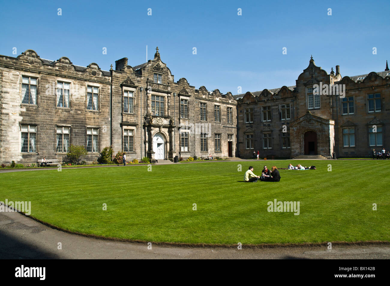 dh University of St Andrews ST ANDREWS FIFE Students relaxing Lower and upper college halls quandrangle salvator andrew student hall scotland uk Stock Photo