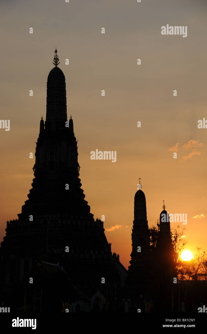 Silhouette of Wat Arun in Bangkok - Stock Image