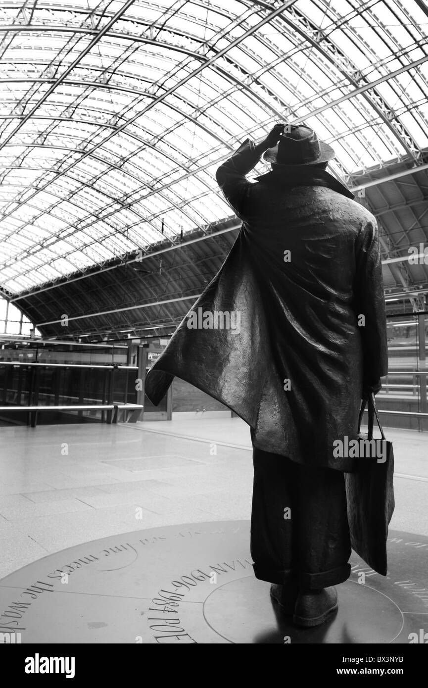 The statue in memory of Poet Sir John Betjamen at London St Pancras on the 14th December 2009. - Stock Image
