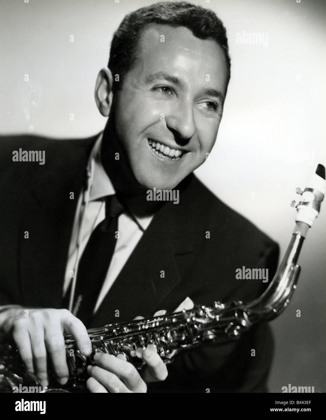 LENNY HAMBRO (1923-1995) US jazz musician ion 1957 with his Martin 'Magna' Alto Sax and Brilhart  'Tonalin' - Stock Image