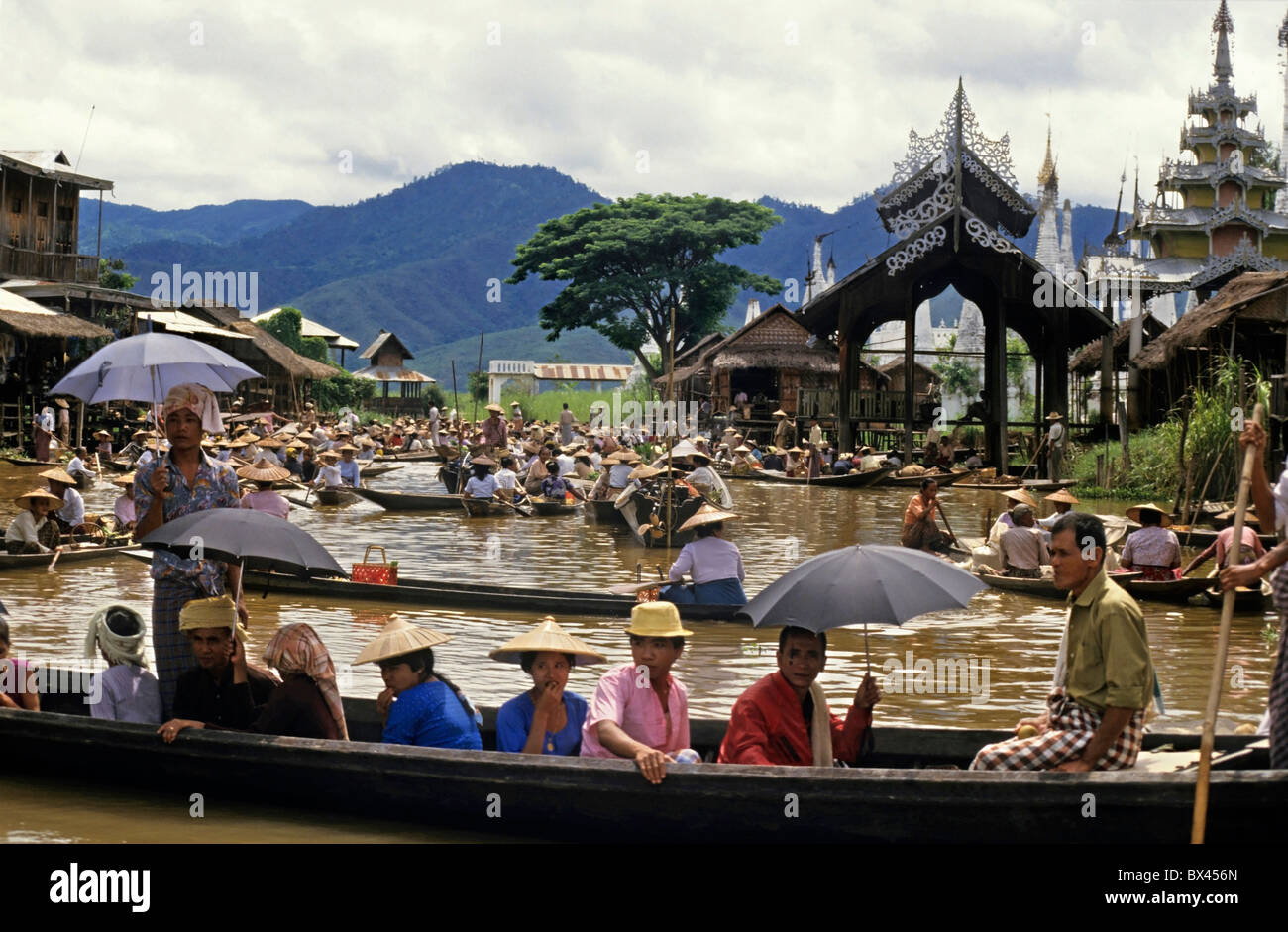 Intha people on boats at the Yumana Floating Market on Inle Lake, Nyaungshwe Township, Taunggyi District, Shan State, Burma. Stock Photo